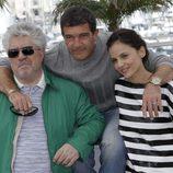 Pedro Almodóvar, con Antonio Banderas y Elena Anaya en la presentación de 'La piel que habito'