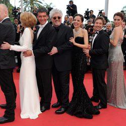 El equipo de 'La piel que habito' baila la conga en la premiére en Cannes