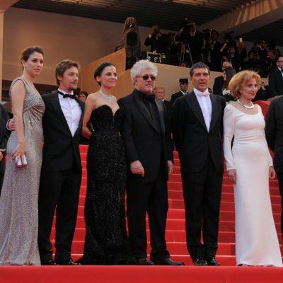 Pedro Almodóvar y su equipo, en la entrada de la premiére de 'La piel que habito'