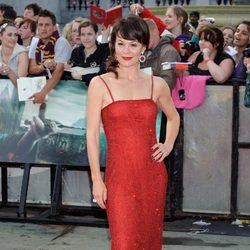 Helen McCrory cruza la alfombra roja de la premiére de 'Las reliquias de la muerte: Parte 2'