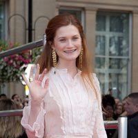 Bonnie Wright saluda en la alfombra roja de 'Harry Potter y las reliquias de la muerte: Parte 2'
