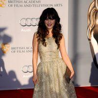 Zooey Deschanel llega a la cena de los BAFTA Brits