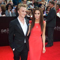 Tom Felton y su novia en la premiére de 'Las reliquias de la muerte: Parte 2'