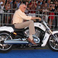 Stan Lee subido a una Harley en la premiére de 'Capitán América'