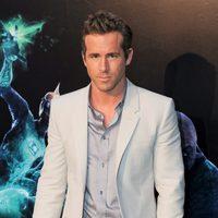 Ryan Reynolds posa en la alfombra verde de 'Green Lantern'