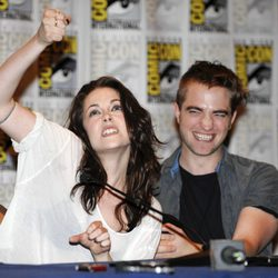 Kristen Stewart y Robert Pattinson, bromistas en la Comic-Con 2011