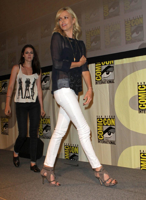Charlize Theron y Kristen Stewart en la Comic-Con 2011