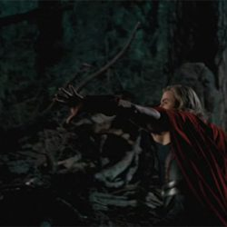 Thor lanza su martilllo a la pantalla