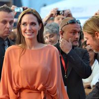 Angelina Jolie y Brad Pitt rodeados de fotógrafos en Sarajevo