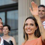 Brad Pitt y Angelina Jolie saludan a los asitentes al Festival de Sarajevo