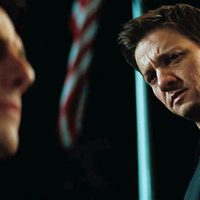 Jeremy Renner observa a Tom Cruise