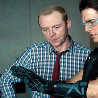 Simon Pegg muestra nuevos gadgets a Tom Cruise