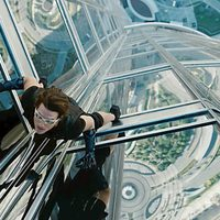 Ethan Hunt escala un edificio en 'Misión Imposible: Protocolo fantasma'