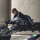 Anne Hathaway sube a Catwoman a una moto