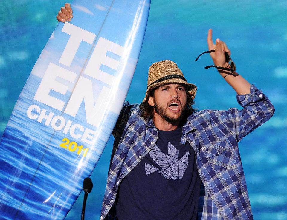 Ashton Kutcher celebra su Teen Choice Award