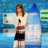Emma Stone recoge su tabla de surf en los Teen Choice Awards 2011