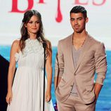 Rachel Bilson y Joe Jonas presentan un Teen Choice Award