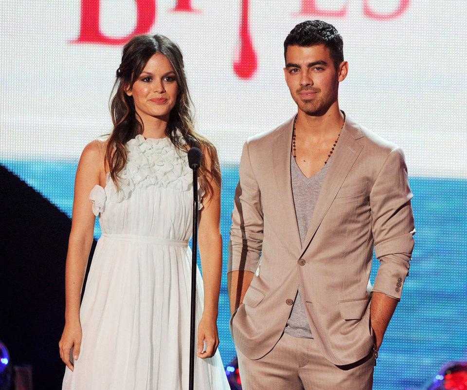 Rachel Bilson y Joe Jonas presentan un Teen Choice Award