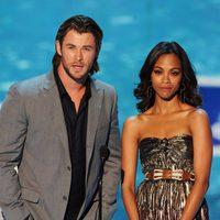 Chris Hemsworth y Zoe Saldana presentan un premio