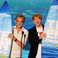 Tom Felton y Rupert Grint recogen sus tablas de surf