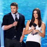 Kellan Lutz y Ashley Greene suben al escenario de los Teen Choice Awards 2011
