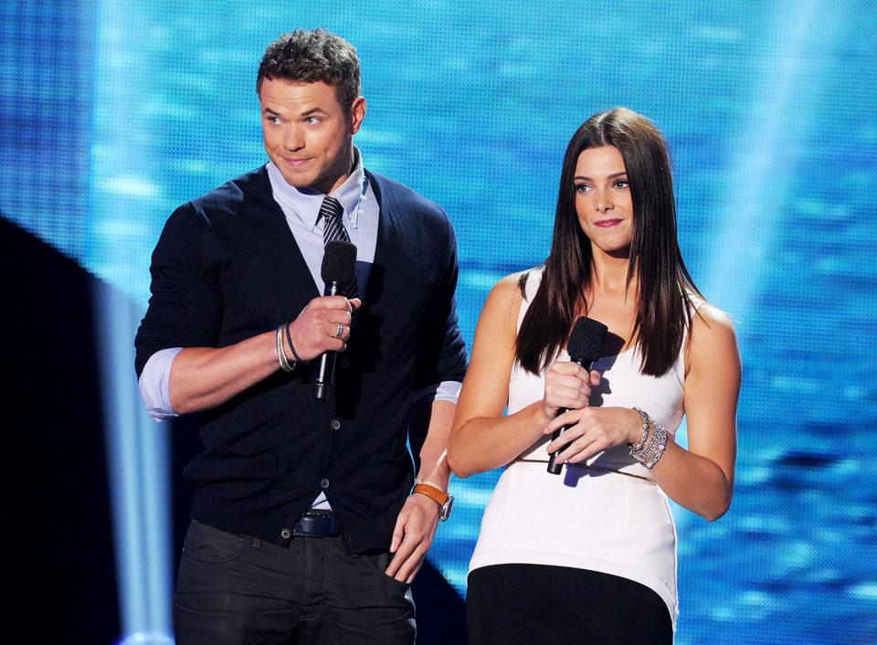 Kellan Lutz y Ashley Greene suben al escenario de los Teen Choice Awards 2011