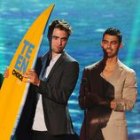 Robert Pattinson recoge un premio junto a Joe Jonas