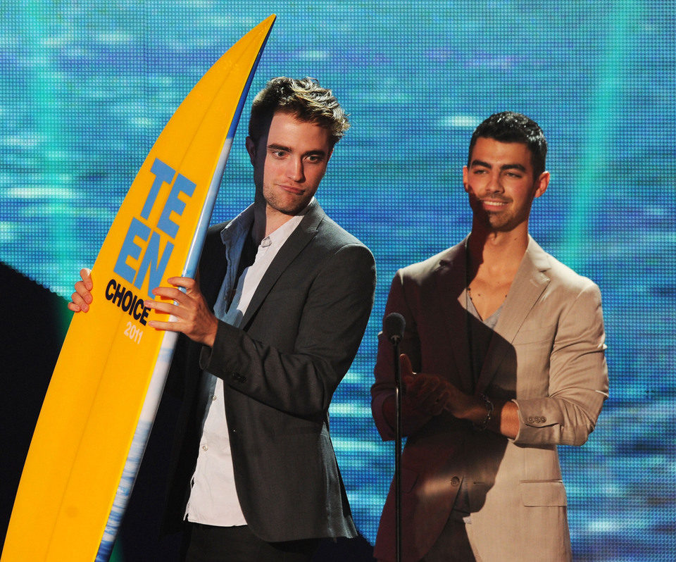 Robert Pattinson recoge un premio junto a Joe Jonas