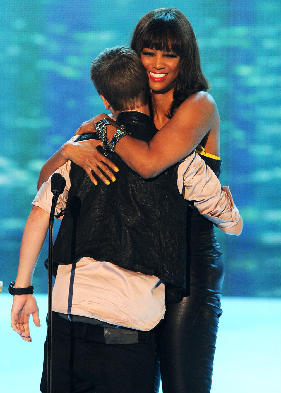 Justin Bieber abraza a Tyra Banks en los Teen Choice Awards
