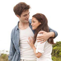 Kristen Stewart y Robert Pattinson muestran sus anillos en 'Amanecer: Parte 1'