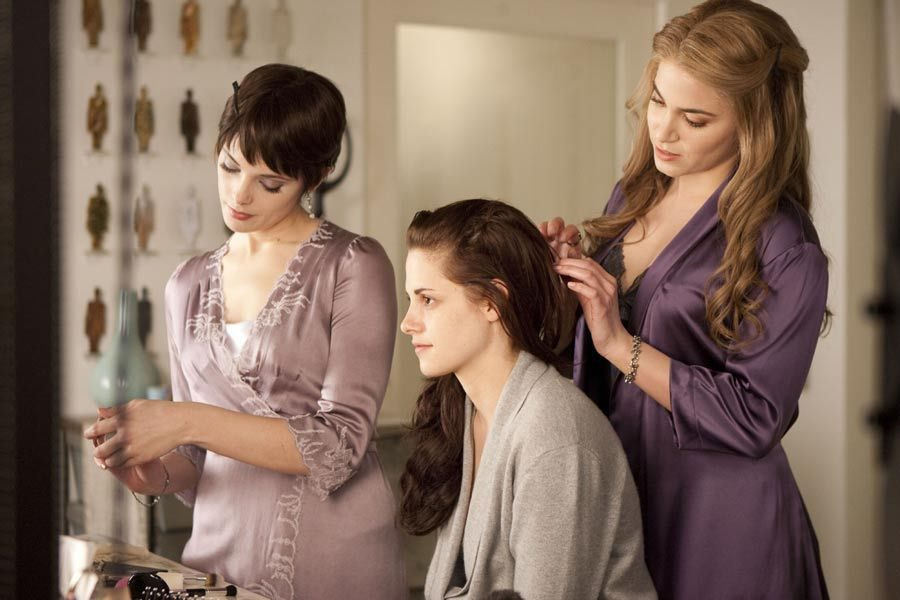 Ashley Greene y Nikki Reed preparan a Kristen Stewart