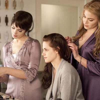 Ashley Greene y Nikki Reed preparan a Kristen Stewart