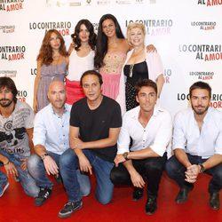El equipo de 'Lo contrario al amor' junto a Vicente Villanueva