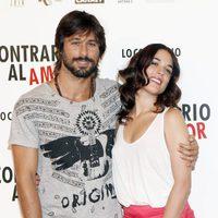Hugo Silva y Adriana Ugarte posan en el photocall de 'Lo contrario al amor'