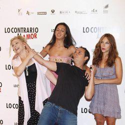 Kiti Manver, Guadalupe Lancho y Luis Callejo en el photocall de 'Lo contrario al amor'