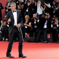 George Clooney posa ante la prensa en el Festival de Venecia