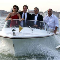 George Clooney en barco en Venecia