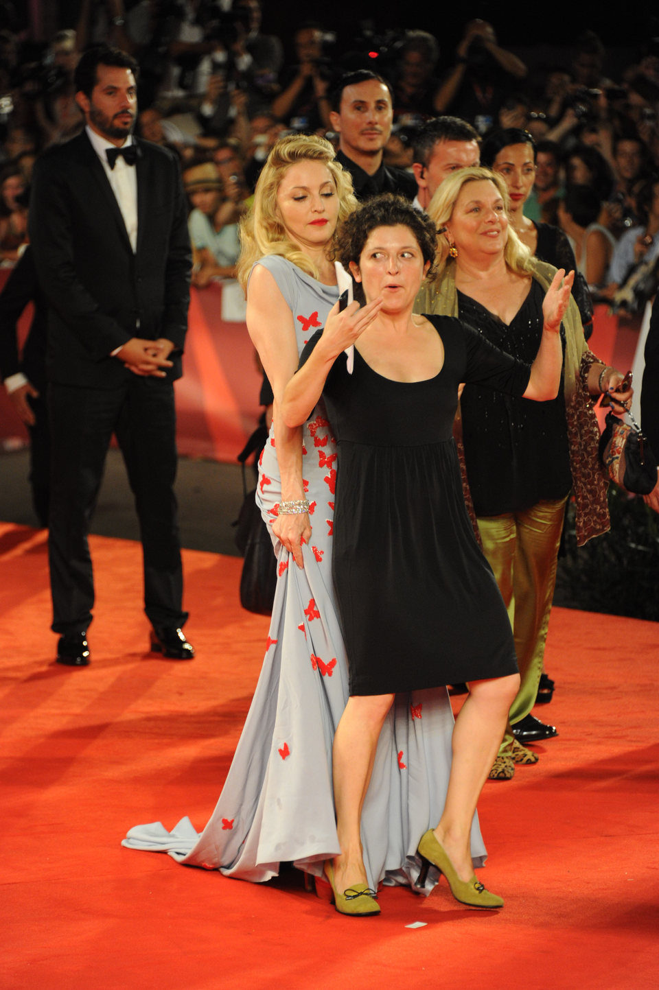 Una fan se interpone en el camino de la diva Madonna