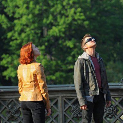 Scarlett Johansson y Jeremy Renner en el rodaje de 'Los Vengadores'