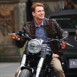 Steve Rogers en moto en el set de 'Los Vengadores'