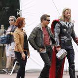 Jeremy Renner pone boquita de piñon con Chris Hemsworth y Scarlett Johansson