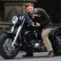 Chris Evans en moto en el rodaje de 'Los Vengadores'