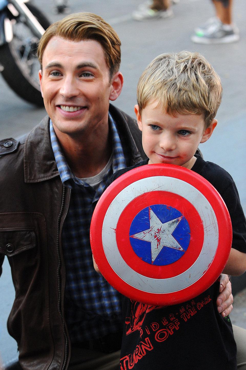 Chris Evans y un fan de Capitán América