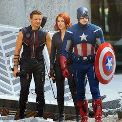 Chris Evans, Jeremy Renner y Scarlett Johansson con sus trajes de 'Los Vengadores'