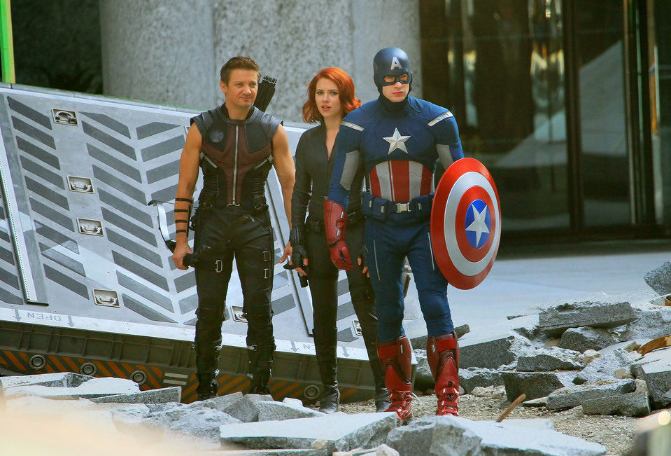 Chris Evans, Jeremy Renner y Scarlett Johansson en 'Los Vengadores'