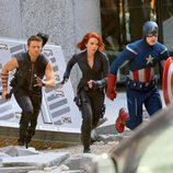 Chris Evans, Jeremy Renner y Scarlett Johansson ruedan una escena de acción de 'Los Vengadores'