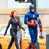 Viuda Negra y Capitán América charlan en 'Los Vengadores'