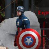 Chris Evans con el escudo de Capitán América en 'Los Vengadores'