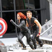 Scarlett Johansson y Jeremy Renner en el set de 'Los Vengadores'