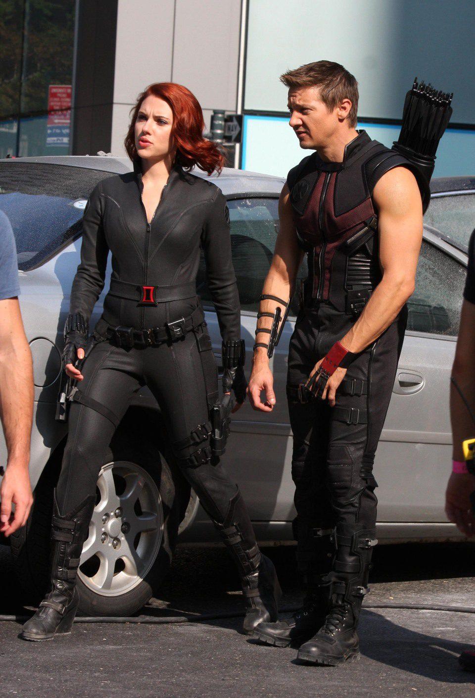 Scarlett Johansson y Jeremy Renner durante un descanso del rodaje de 'Los Vengadores'